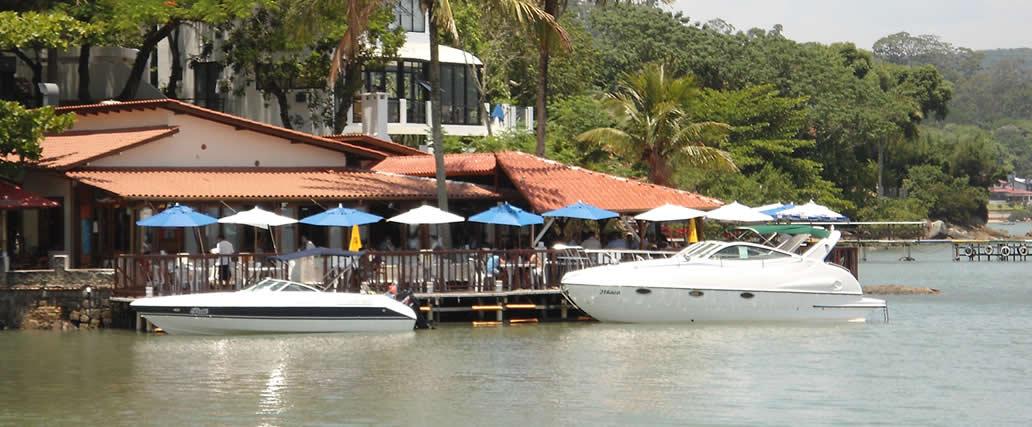 A praia de Sambaqui é um tradicional vilarejo de pescadores que abriga, além de nativos, usuários temporários, turistas e veranistas que procuram um lugar calmo e tranquilo para se estabelecer.